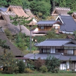 thatched-roof-mountain-village-houses-clustered-together-in-the-remote-AH73CE